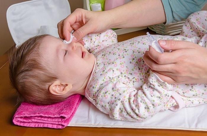 Закапывание капель в глаза ребенку