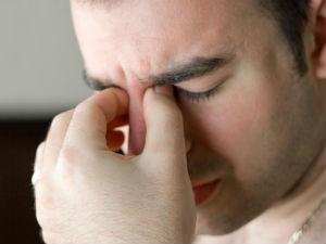 Боль в глазах у мужчины