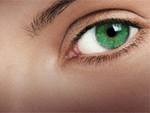 Глаз изумрудного цвета