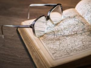 Очки и карта в книге
