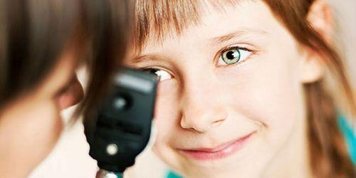 Офтальмолог осматривает ребенка