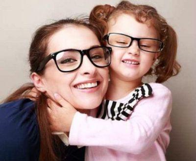 Мама и дочка в очках