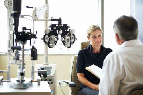 Офтальмолог осматривает пациента