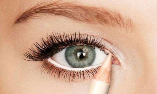 Подведение глаз белым карандашом