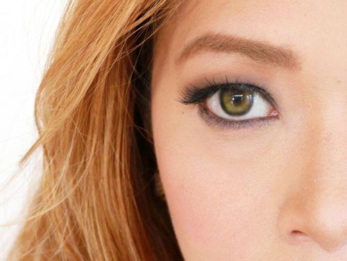 Болотные глаза у девушки