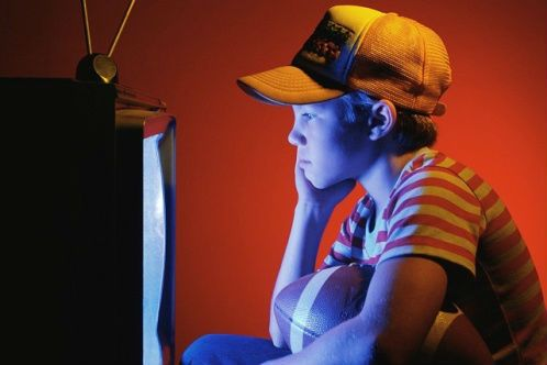 Ребенок близко смотрит телевизор