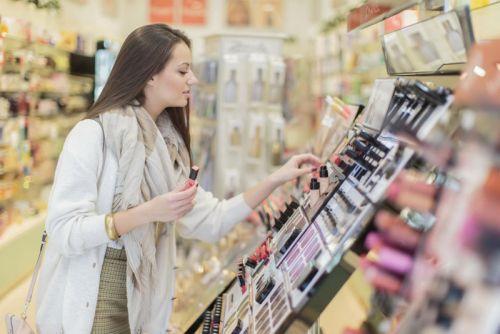 Выбор косметики в магазине