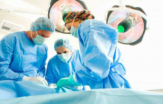 Хирурги делают операцию