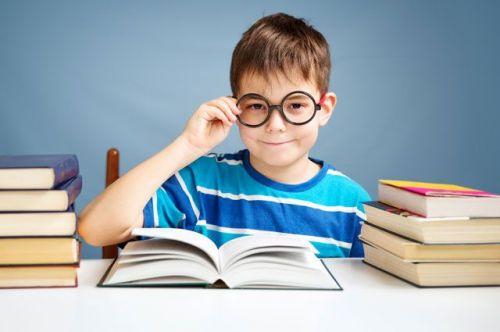 Мальчик в очках за книгой