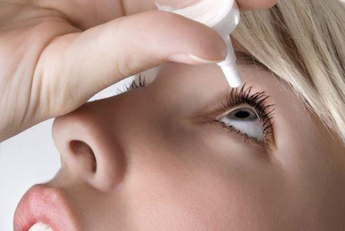 Закапывание лекарства в глаз