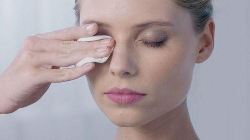 Стирание косметики с глаз