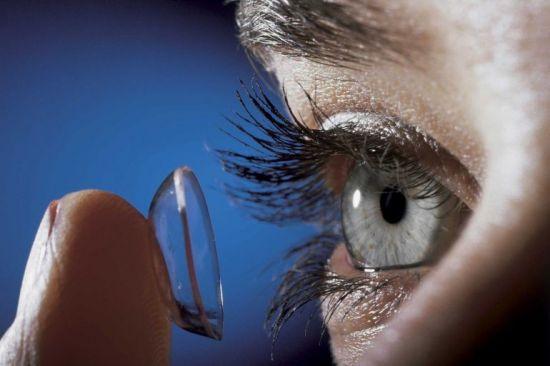 Надевание контактной линзы