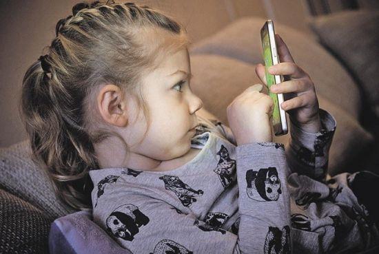 Ребенок держит смартфон
