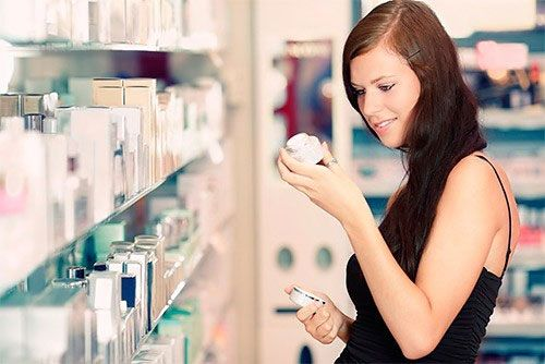 Выбор крема в магазине