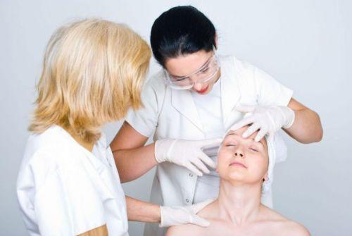 Осмотр пациентки перед проведением пластической операции