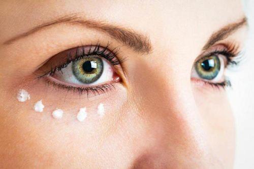 Нанесение крема на область вокруг глаз