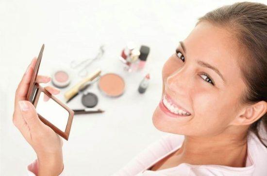 Женщины делает макияж