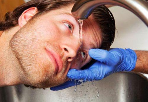 Промывание глаза под струей воды