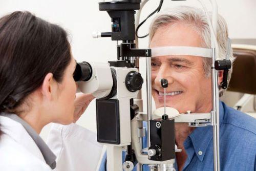 На осмотре у офтальмолога