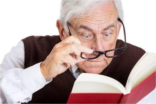 Плохое зрение у пожилого мужчины