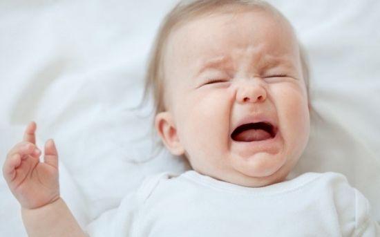 Новорожденный ребенок плачет