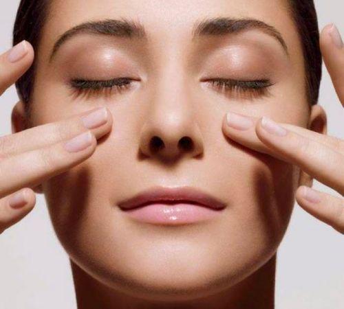 Массирование кожи вокруг глаз