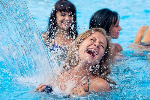 Девушки купаются