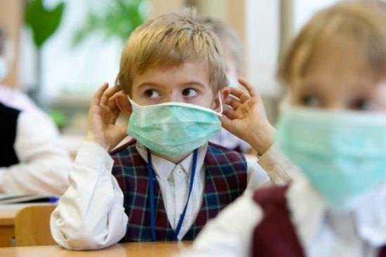 Ребенок в больничной маске