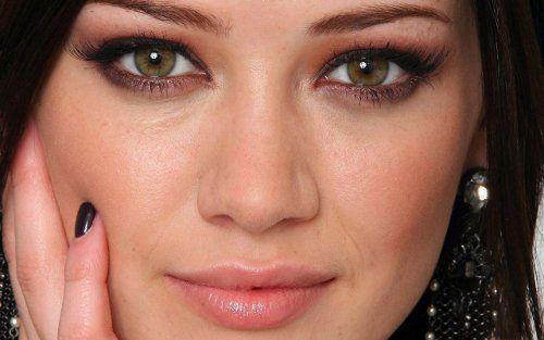 Брюнетка с каре-зелеными глазами