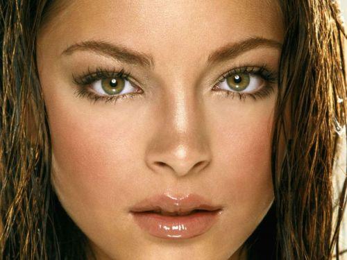 Шатенка с каре-зелеными глазами