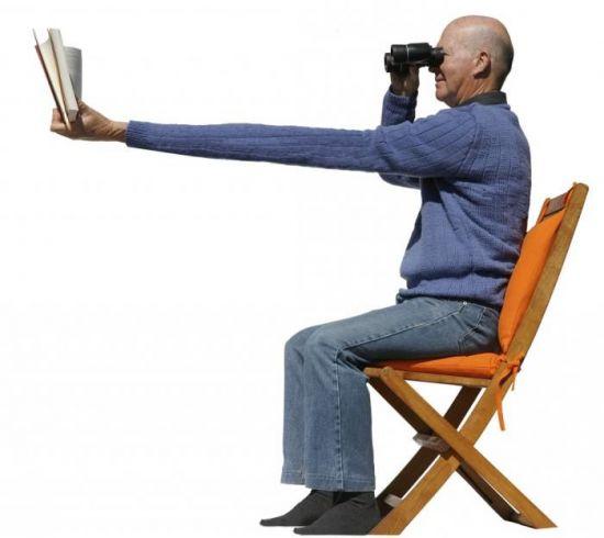 Чтение книги через бинокль
