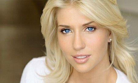 Блондинка с голубыми глазами