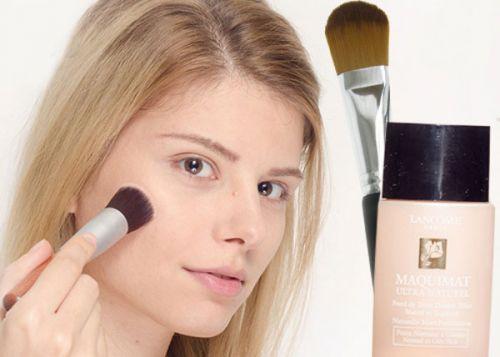 Юная девушка со средствами макияжа