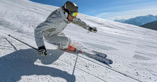 Мужчина катается на лыжах