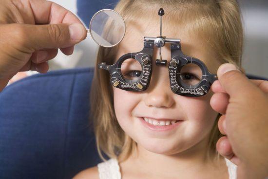 Ребенку подбирают линзы у офтальмолога