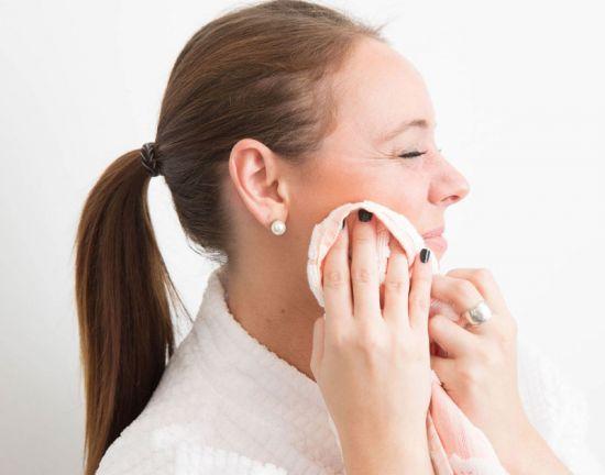 Вытирание лица полотенцем