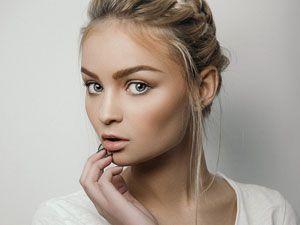 Девушка с легким макияжем