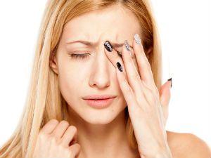 Боль в глазах у женщины