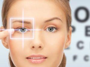 Глаз на фоне таблицы по проверке зрения