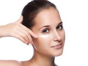 Нанесение крема на кожу под глазами