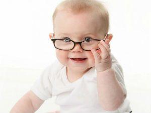 Маленький ребенок в очках