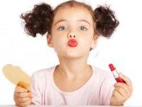 Девочка с накрашенными губами