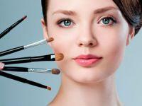 Девушка с инструментами для нанесения макияжа