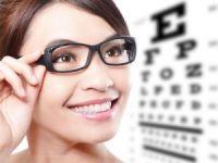 Девушка в очках проверяет зрение